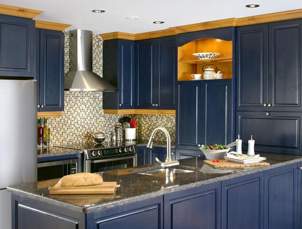 Armoire de cuisine bleu avec des électroménagers en acier